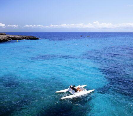 leasure: Leasure pedal� in una grotta sul isola spagnola di Minorca. Blu cielo e mare, con copia spazio.