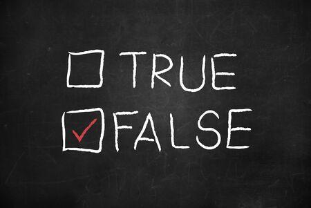 falso: Casilla de verificación ¿Verdadero o falso en una pizarra Foto de archivo