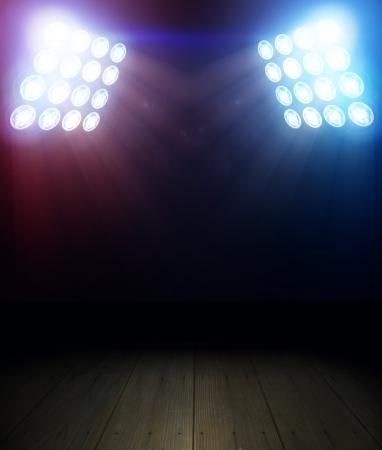 spotverlichting over donkere achtergrond en houten vloer Stockfoto