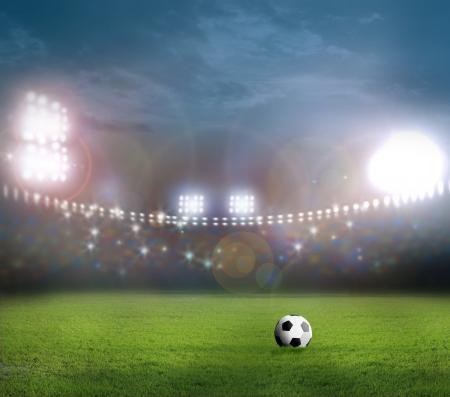field  soccer: Bal?n de f?tbol en el campo verde
