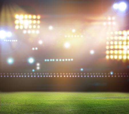Groen voetbalveld, heldere schijnwerpers, Stockfoto