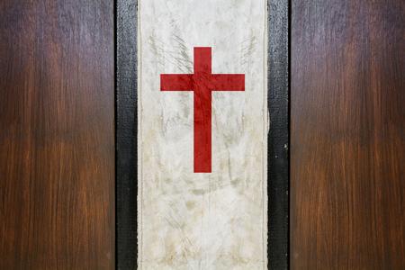 クロスのシンボルを作られたコンクリートのプレート間スペースします。 写真素材