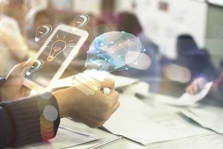 Zakenman houden mobiele tonen gloeilamp web engineering, Business idee concept Stockfoto - 84151208