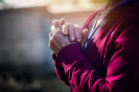 Die geschlossene Hand der alten Frau ist Gebet und Gott sei Dank.