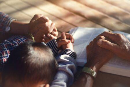 Le garçon a prié sur la table. La famille a prié ensemble.
