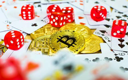 黄金 bitcoin 赤サイコロやカード、概念をギャンブル