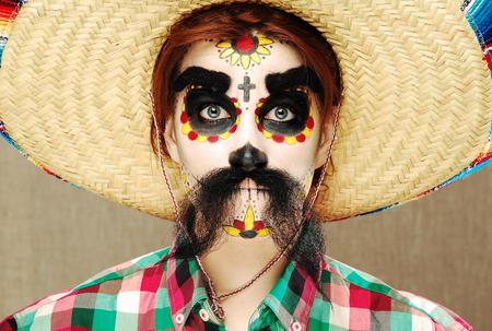 trajes mexicanos: Retrato de mujer joven. Cara con la diversión forman para el Día de los Muertos. Arte de la cara única. Posando bella modelo. Foto de archivo