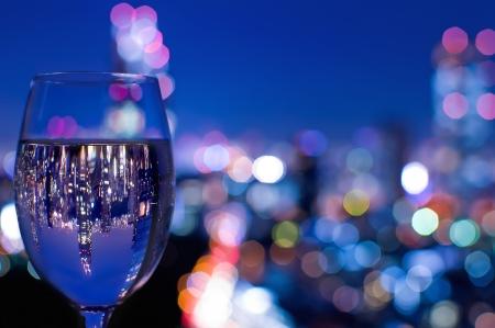 도쿄의 스카이 라인은 와인 잔에 반영