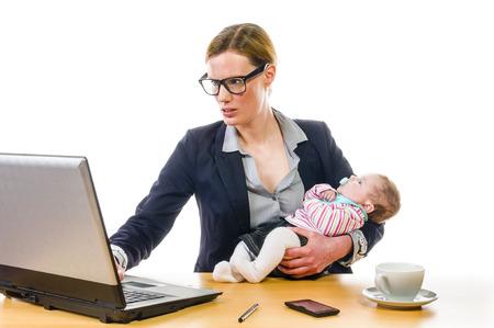 enfermeria: Mujer de negocios adulta vistiendo un traje y se suministra a su hija reci�n nacida en el lugar de trabajo de oficina, aisladas sobre un fondo blanco