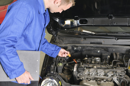 garage automobile: mécanicien automobile, mécatronique vérifier le compartiment moteur d'une voiture dans le garage