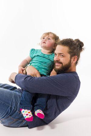 Junger Mann mit Vollbart hipper spielt mit Wadenfänger Süßen kleinen 16 Monate alten Tochter, isoliert vor weissem Hintergrund. Standard-Bild - 45588839
