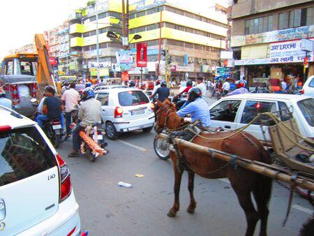 tanga: Guidati cavallo ATTESA TANGA IN TRAFFICO INSIEME A MODO MODERNO DI VIAGGIO. SHOT a Patna, Bihar, in India, ASIA A 0554 PM SU 27.08.12 Editoriali
