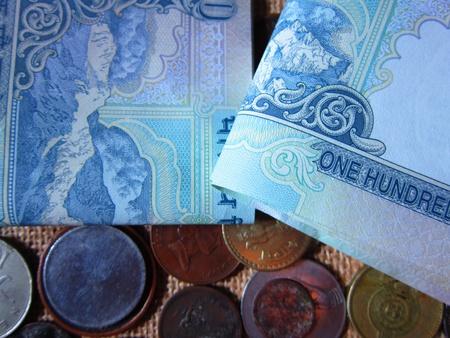 ipotesi: Banconote e le monete di diversi Paesi