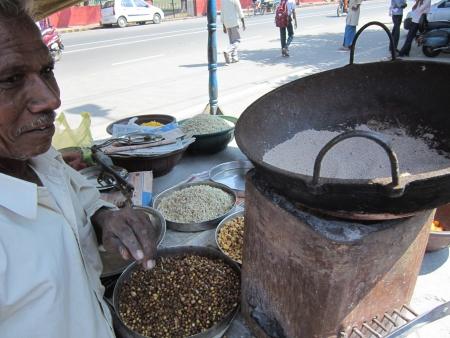 bihar: SMALL TIME STREETSIDE BUSINESSMAN. SHOT AT MORNING HOURS ON 10.12.2012 AT GANDHI MAIDAN, PATNA, BIHAR, INDIA Editorial