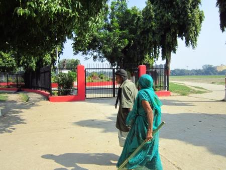 maidan: OLDE COUPLE WALKING.ACTIVITIES AT GANDHI MAIDAN, PATNA, BIHAR. SHOT AT MORNING HOURS ON 15.10.2012 AT  PATNA, BIHAR, INDIA