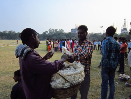 gandhi: SALESMAN SELLING POPCORN. SHOT AT AFTERNOON HOURS ON 05 NOVEMBER 2012 AT  GANDHI MAIDAN, PATNA, BIHAR, INDIA, ASIA.