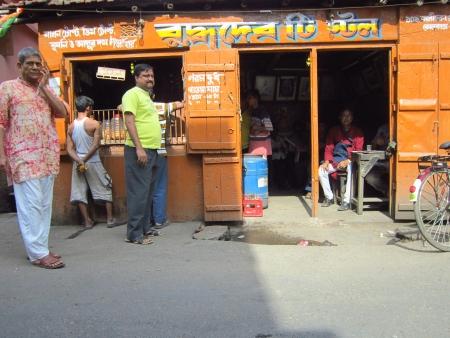 STREET SIDE TEA SHOP. SHOT AT CALCUTTA, INDIA: AFTERNOON HOURS ON NOVEMBER 18,2012. Publikacyjne