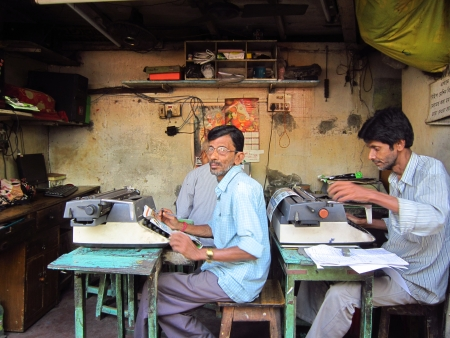 calcutta: TYPIST AT A ROADSIDE SHOP.SHOT AT CALCUTTA, INDIA:AFTERNOON  HOURS ON NOVEMBER 13,2012. Editorial