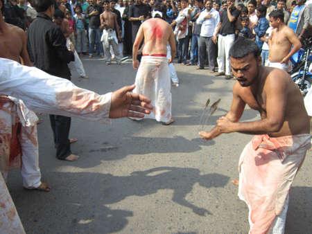 lamentation: Muharram PROCESSIONE durante il Ramadan. Girato a ore pomeridiane ON 25,11.12 AT Patna, Bihar, India Editoriali
