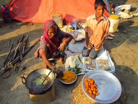 sonepur fair: WOMAN SELLING FOOD.SHOT DURING MORNING HOURS ON 02.12.12 AT SONEPUR FAIR, SONEPUR, BIHAR, INDIA.