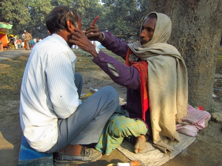 sonepur fair: BARBER.SHOT DURING MORNING HOURS ON 02.12.12 AT SONEPUR FAIR, SONEPUR, BIHAR, INDIA. Editorial