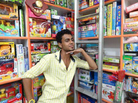 toy shop: NON IDENTIFICATO TOY SHOP VENDITORE. Girato durante le ore serali, il 20 marzo 2013 in Port Blair, Andaman, in India. Editoriali