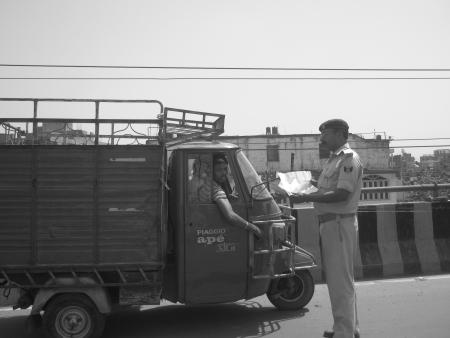 violaci�n: PROBLEMA IDENTIFICADO POR LA POLIC�A DE TR�FICO Challans VIOLACI�n ROAD REGLA. TIRO EN HORAS DE LA TARDE en Abril 06, 2013 en Patna, India.