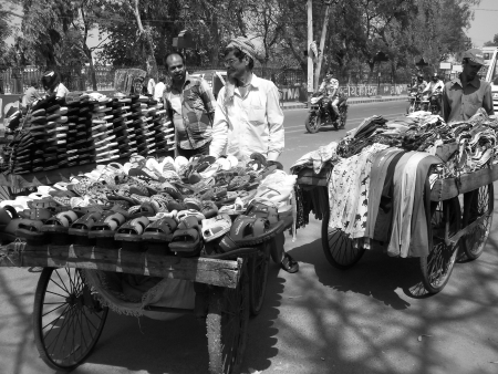 ���push cart���: UNIDENTIFIED SALESMAN SELL MERCHANDISE ON PUSH CART.  SHOT AT AFTERNOON HOURS ON APRIL 10, 2013 IN PATNA, INDIA.