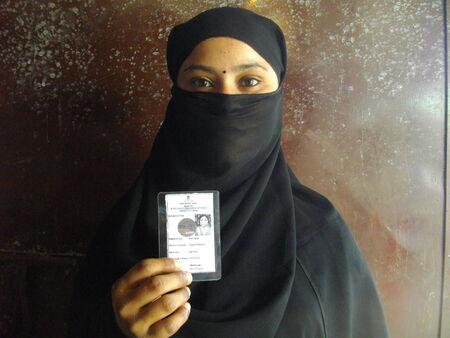 encuestando: Las actividades en una cabina de votaci�n durante las elecciones generales de 2014. Indian Shot durante horas de la ma�ana en 07 de mayo 2014 en Garkah, Saran, Bihar.