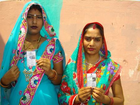 encuestando: Las actividades en una cabina de votaci�n durante la elecci�n general indio 2014 Shot durante horas de la ma�ana el 07 de May de 2014 a Garkah, Saran, Bihar. Editorial