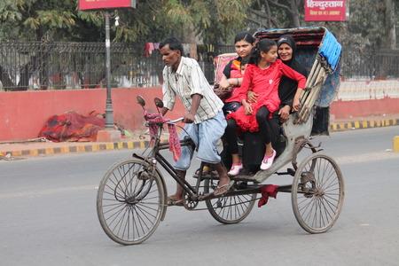 rikscha: Rikscha-Fahrt. Stra�e Foto, Schuss an Gandhi Maidan, Patna, Bihar, India am 25.02.15 in den Nachmittagsstunden.