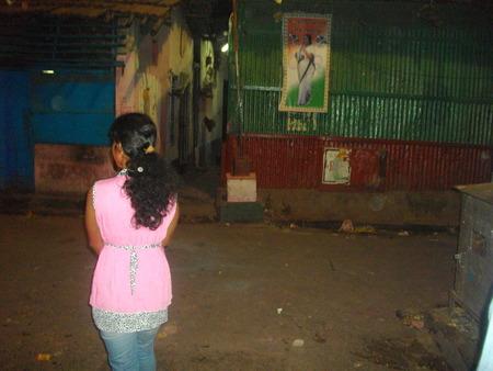 prostituta: Una prostituta. Salir de noche. Sonagachi Travel. Tirado en Sonagachi, Calcuta, India, el 080315, los horarios nocturnos. Sonagachi es el mayor distrito de luz roja de Asia. Editorial