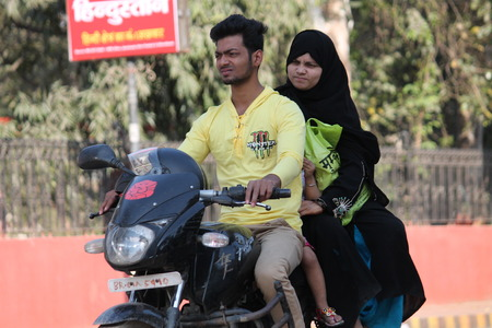 violaci�n: Musulmana india. Violaci�n de tr�fico. Tirado en horas de la tarde en Patna, Bihar, India, el 120315.