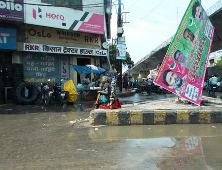 hombre pobre: Pobre hombre suplica al lado de la carretera. Tirado en horas de la ma�ana de 070115 en Patna, Bihar, India. Editorial