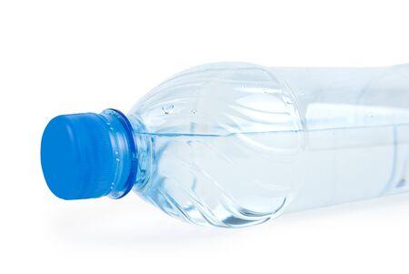 envases plasticos: Cierre de la botella con agua potable aislados en blanco