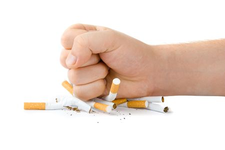 mannelijk vuist met veel sigaretten op wit wordt geïsoleerd Stockfoto