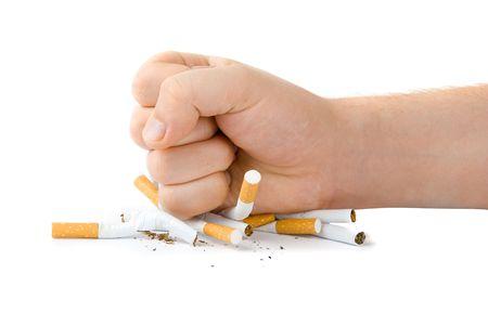 cigarette smoke: maschio con molte sigarette pugno isolato su bianco