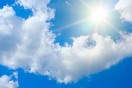 Contre les rayons du soleil d'été bleu ciel