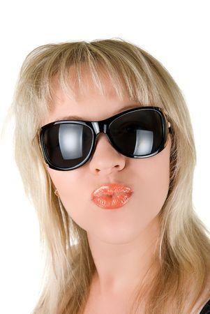 sending: Hermosa, joven mujer rubia enviando besos aislados en blanco