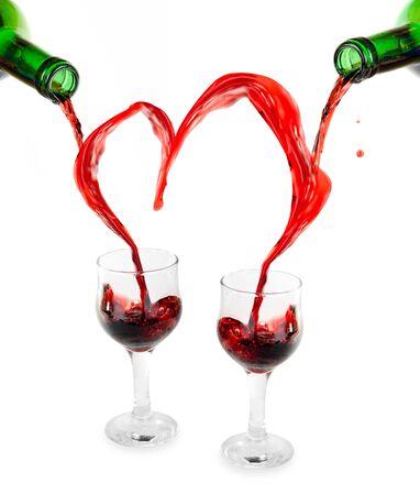 Coraz�n de verter en copas de vino tinto aisladas en blanco Foto de archivo - 5346003