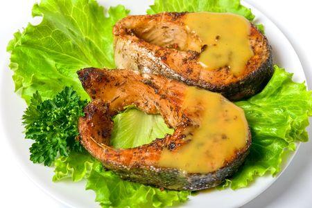 plato de pescado: Sabroso plato de pescado rojo aislado en un fondo blanco