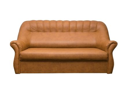 brown leather sofa: Divano in pelle marrone isolato su uno sfondo bianco