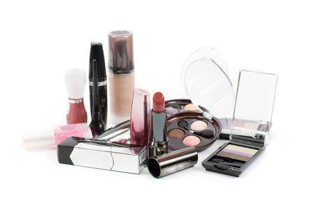 Ensemble de produits cosmétiques isolé sur un fond blanc