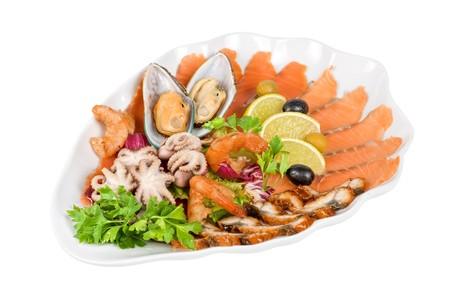 gamba: portarretrato de aperitivo de diferentes mariscos y verduras  Foto de archivo