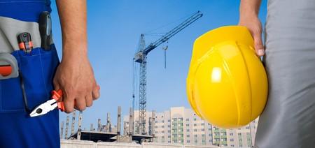 Nahaufnahme der Arbeitnehmer mit Instrumenten auf Gebäude Hintergrund
