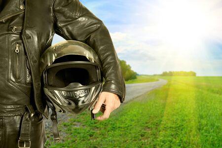 casco moto: motociclista con portarretrato de casco en una carretera de motociclismo