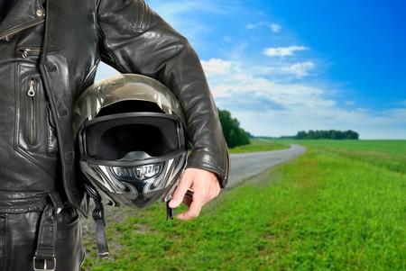 casco de moto: motociclista con portarretrato de casco en una carretera de motociclismo