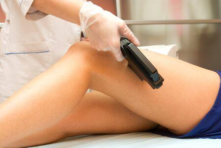 Epilazione laser della gamba in un negozio di bellezza moderno Archivio Fotografico
