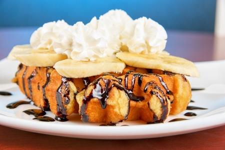 Waffle sabroso con rodajas de plátano y helado Foto de archivo