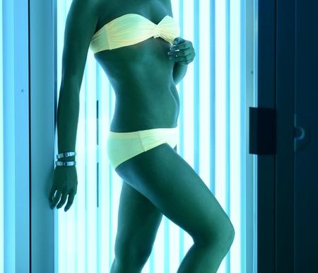 closeup bella ragazza in costume da bagno al solarium